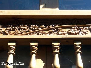 Hojas de roble y bellotas talladas