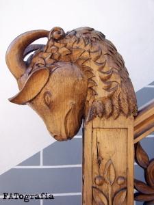 Cabeza de castrón en el primer balaústre de la escalera. Una única pieza de castaño