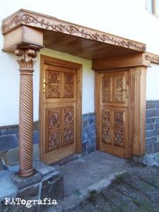 Puertas secundarias y columna salomónica