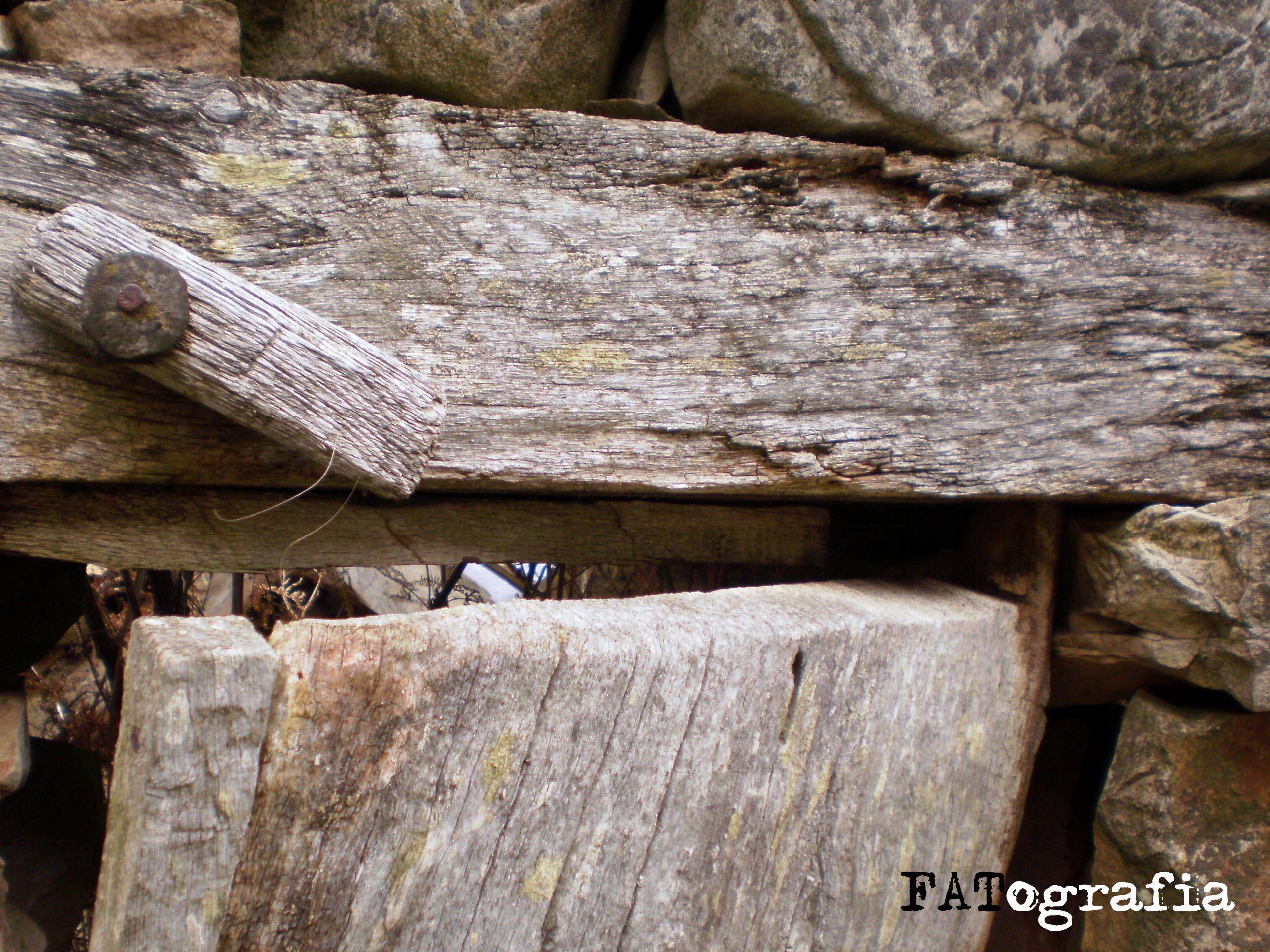 Tejado realizado con tablones de madera en unas caba as de - Dintel de madera ...